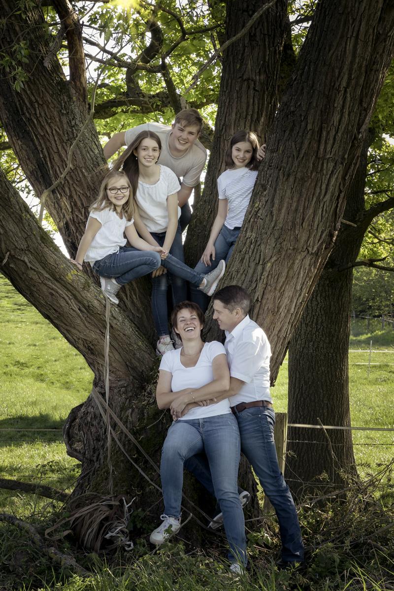Familienportrait am Baum