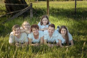 Familienbild auf einer Sommerwiese